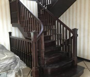Холл в полоску, лестница, балки, спальня